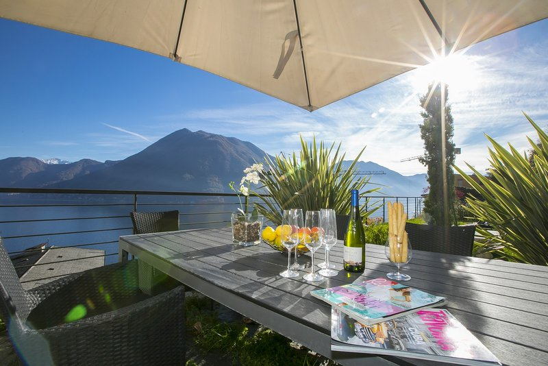 Privat trädgård med romantisk matbord utanför