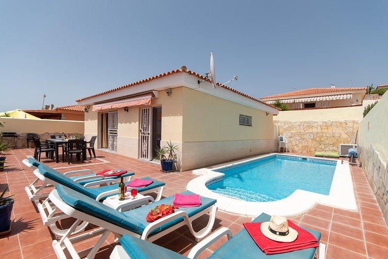 Villa Sunrise. Wonderful 2 bedroom villa. Private heated pool. Callao Salvaje, holiday rental in Callao Salvaje
