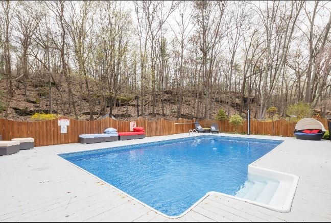New Hot Tub & Heated Pool in Prime Woodstock Gut Renovated Modern Home, alquiler de vacaciones en Woodstock