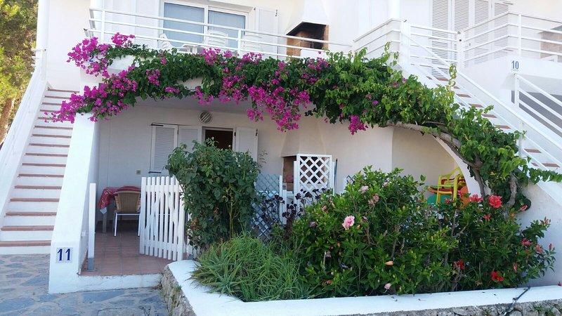 Nice apartment with shared pool, location de vacances à Es Grau