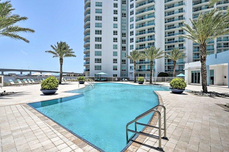 Luxurious Daytona Beach Condo w/ Resort Amenities!, alquiler de vacaciones en Holly Hill