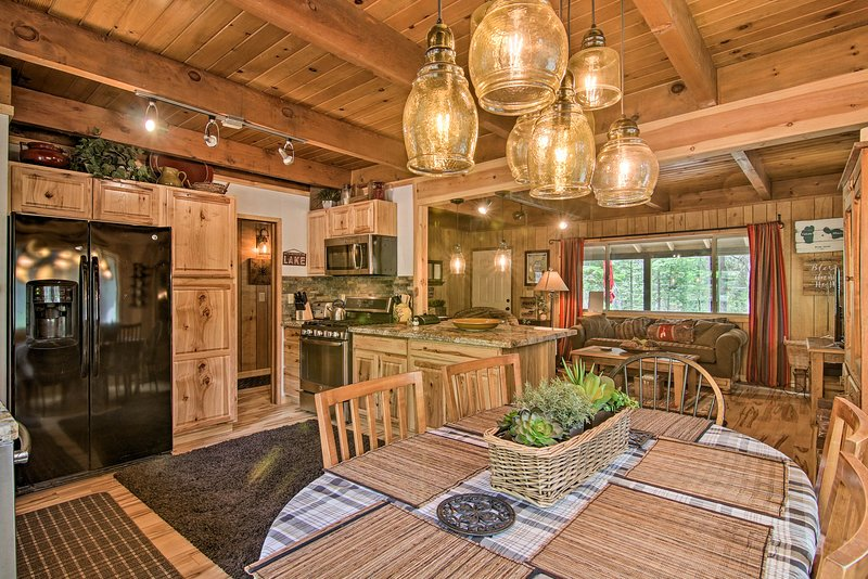 Secluded South Lake Tahoe Cabin w/Deck & Fire Pit!, alquiler vacacional en Twin Bridges