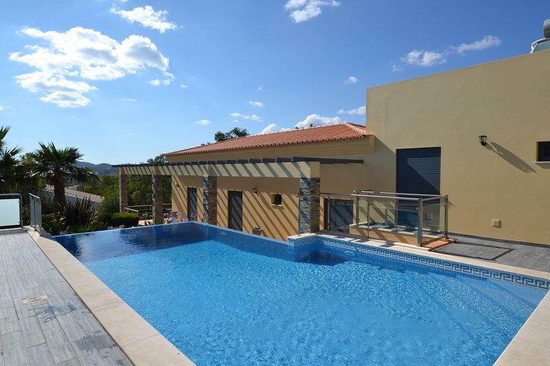 Luxury 4 Bedroom, 5 Bathroom Country Villa with Private Pool, location de vacances à Sao Bras de Alportel