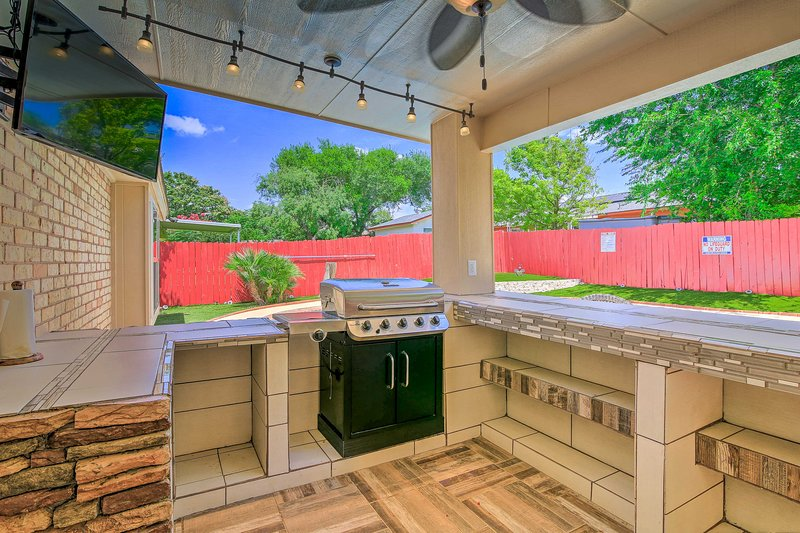 Tasty snacks & poolside margaritas await in this outdoor kitchen.