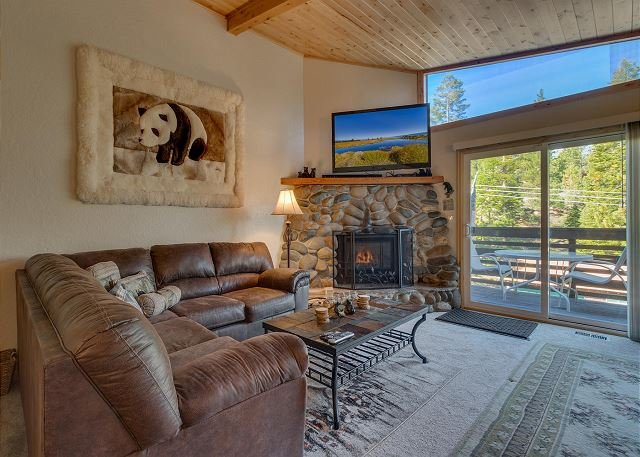 Cozy Lake Tahoe Condo very close to Heavenly Ski Resort (SL223SB), holiday rental in Genoa
