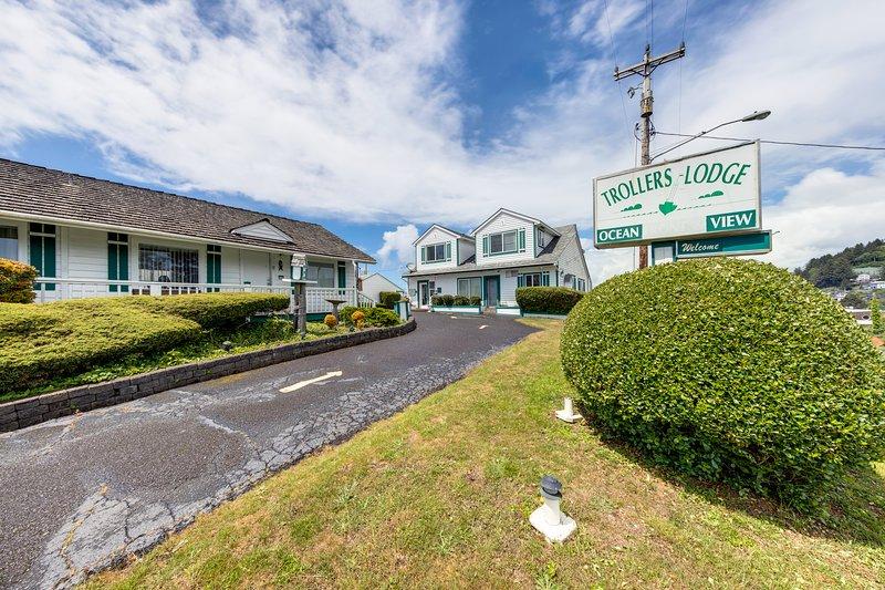 Motel suite w/ kitchen - near the ocean & downtown, dogs OK!, vacation rental in Depoe Bay