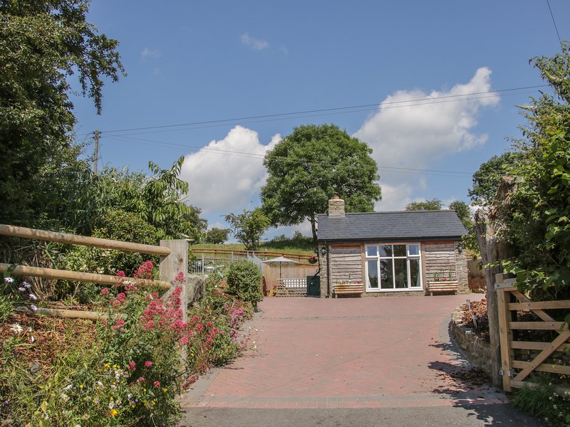 The Boundary Annexe, hot tub, dog-friendly, near Bishop's Castle, holiday rental in Ratlinghope