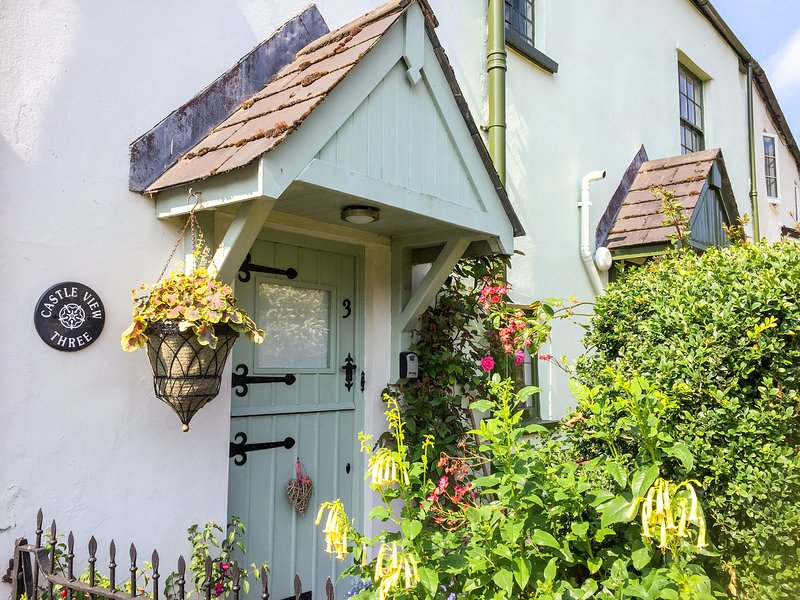 CASTLE VIEW, charming Exmoor apartment in the heart of pretty village with, location de vacances à Dunster