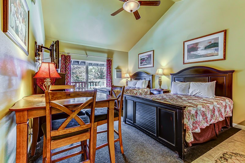 Convenient, contemporary studio w/ shared pool, hot tub, & private jetted tub Chalet in Park City