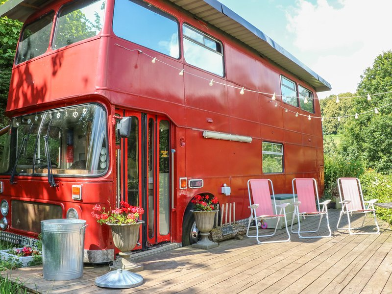THE RED BUS, 2 bedrooms and perfect for families, Newnham on Severn, holiday rental in Newnham