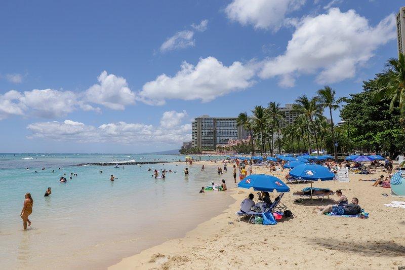 New listing! Cozy condo right in Waikiki w/ shared pool, AC - walk everywhere!, alquiler de vacaciones en Kahala