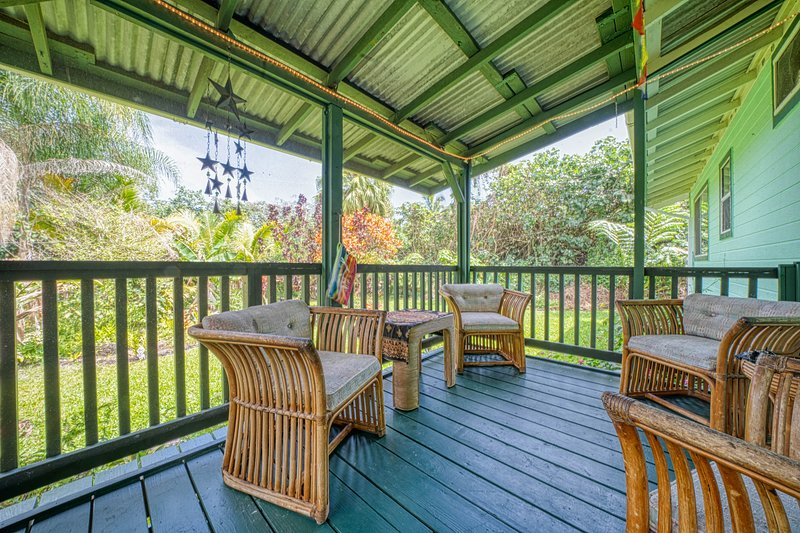 Colorful getaway w/ a screened lanai & full kitchen - blocks from the ocean, vacation rental in Kapoho