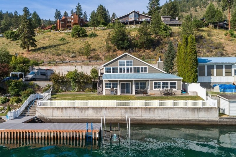 Beautiful lakefront home with dock, amazing views - dogs OK!, casa vacanza a Entiat