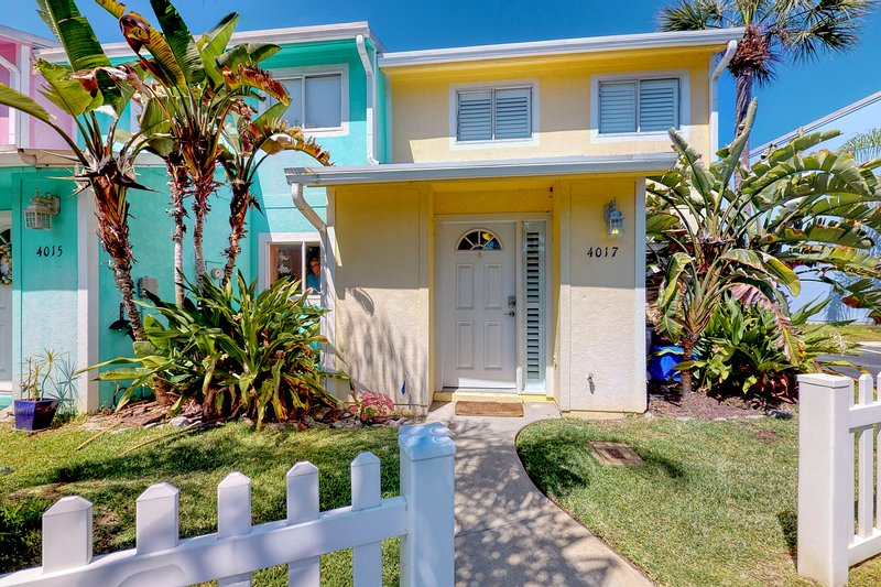 Walk to the beach! Charming home w/ enclosed yard, close to shops/dining!, location de vacances à Edgewater