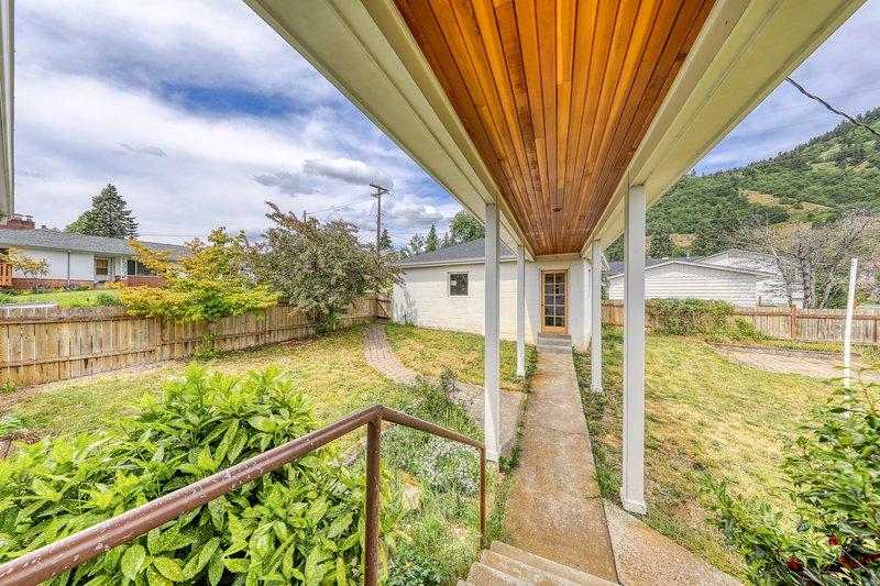 Spacious family-friendly river view home w/ WiFi & full kitchen!, location de vacances à White Salmon