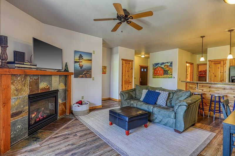 Beautiful condo w/ deck, shared pool, hot tub, & gym - close to town & skiing!, holiday rental in Truckee