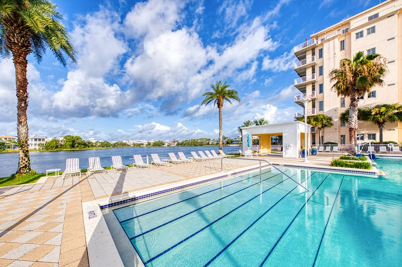 Gorgeous & cozy waterfront efficiency w/ shared pools, hot tubs, & beach access, holiday rental in Carillon Beach
