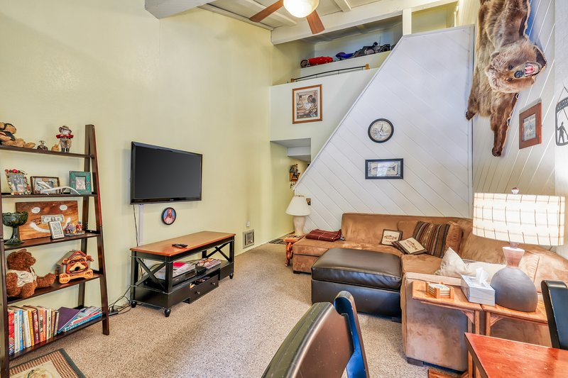 Conveniently located condo w/shared jacuzzi, sauna & swimming pool! Chalet in Mammoth Lakes
