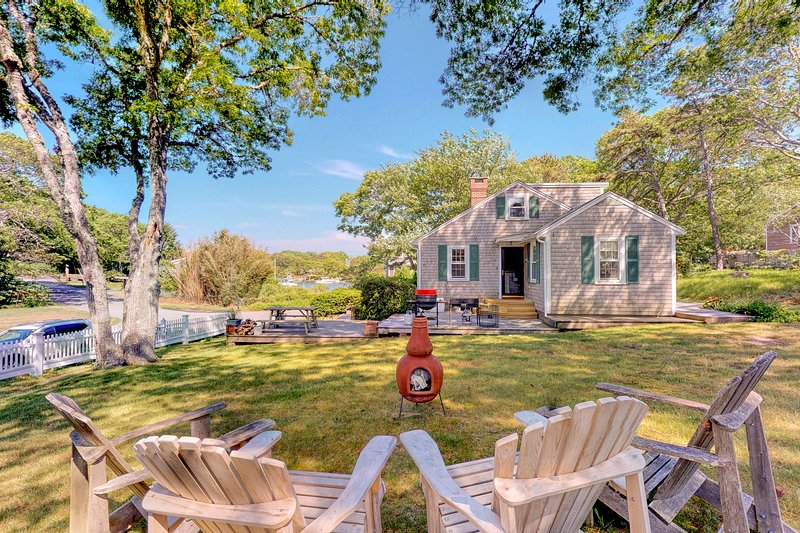 Captivating dog-friendly house w/partial bay views, family-friendly games & more, location de vacances à Falmouth
