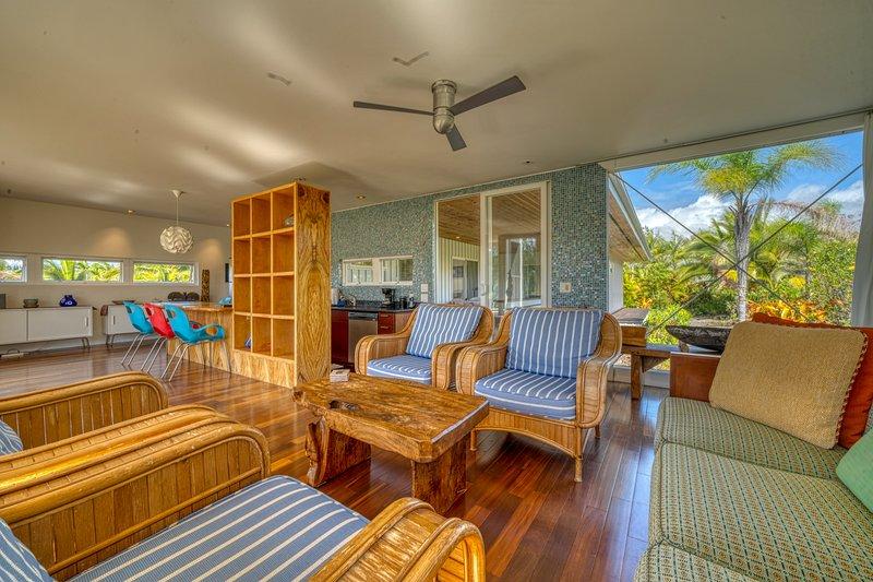 Modernist architectural gem w/ custom interior & bay views - steps to beach!, alquiler vacacional en Kalapana