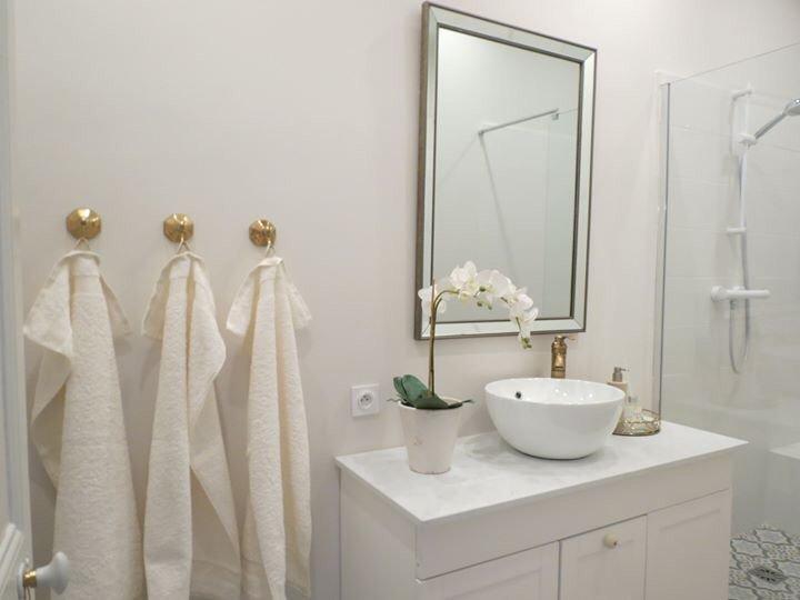 En este hermoso baño también tienes toallas, algunos artículos de tocador y un secador de pelo.