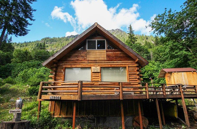 Cozy, dog-friendly cabin w/ a great deck, partial lake views, & beach access, aluguéis de temporada em Coles Corner