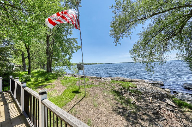 Lake/beachfront home with beautiful views & private dock - dogs welcome!, location de vacances à Isle La Motte