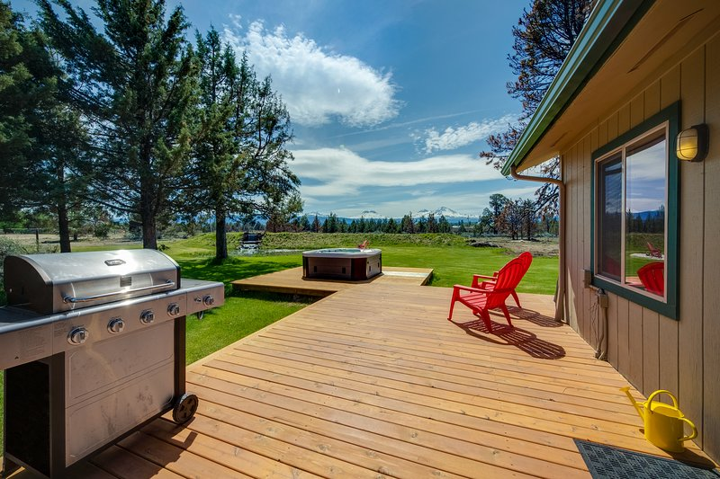 Mountain & water view home w/ on-site golf - near skiing & Bend, vacation rental in Central Oregon