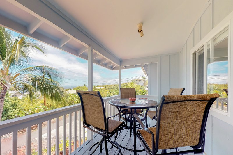 Beautifully remodeled ocean view home across from beach w/ huge lanai & garage, holiday rental in Honaunau