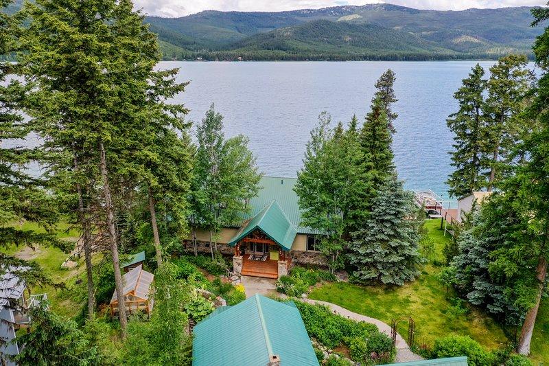 Lakefront home w/ private dock, mountain/lake views & wood stove!, location de vacances à Marion