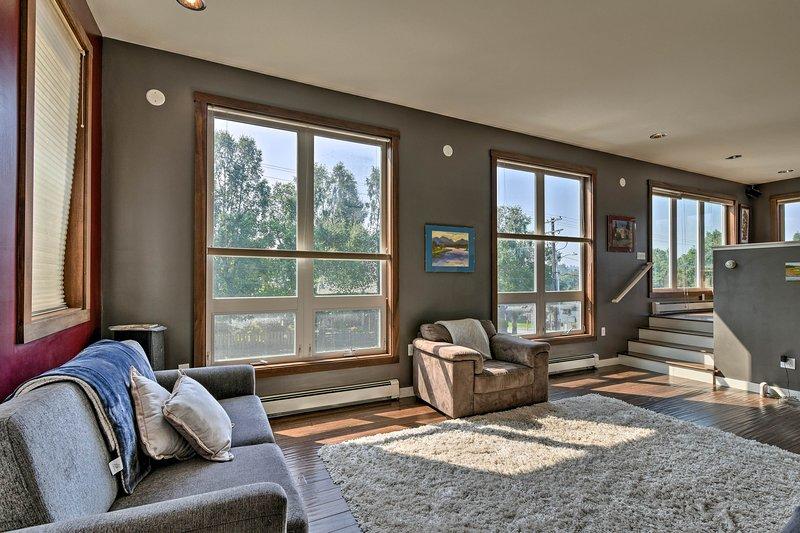 Détendez-vous à l'intérieur pendant que le soleil brille dans cette maison à Anchorage avec 1 chambre et 1 salle de bain!