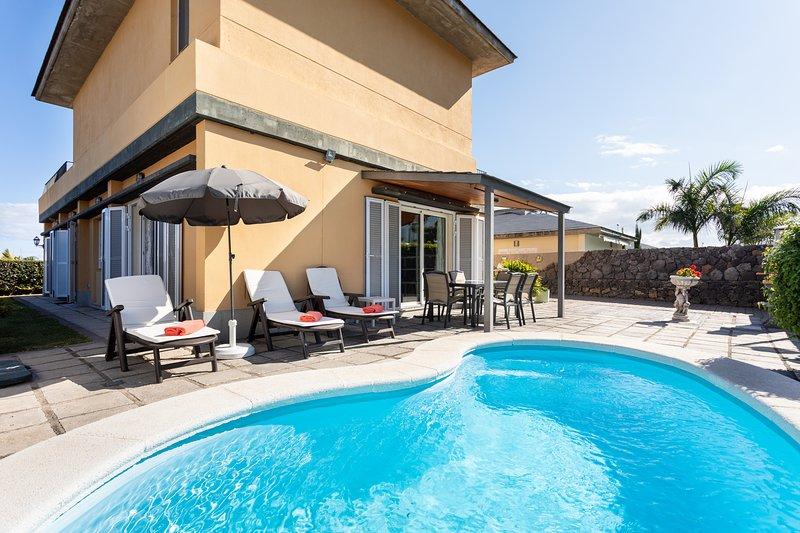 Villa Dorina - heatable pool, BBQ, wifi, views to ocean and mountains., holiday rental in Puerto de la Cruz
