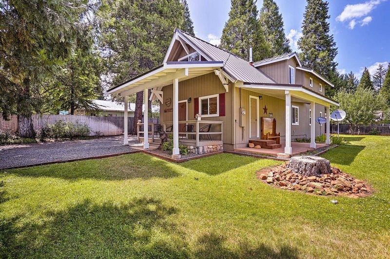 Cabin w/ Backyard Space - ½ Mi to Trinity Lake!, alquiler de vacaciones en Trinity Center