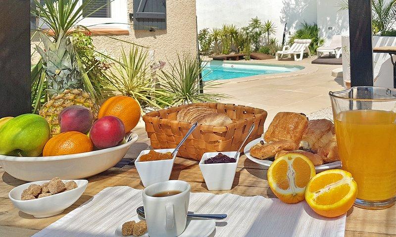 La zona de almuerzo para un desayuno sereno en la orilla del agua.