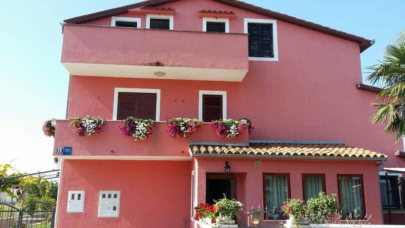 Vrvari Apartment Sleeps 6 with Air Con - 5809764, location de vacances à Varvari