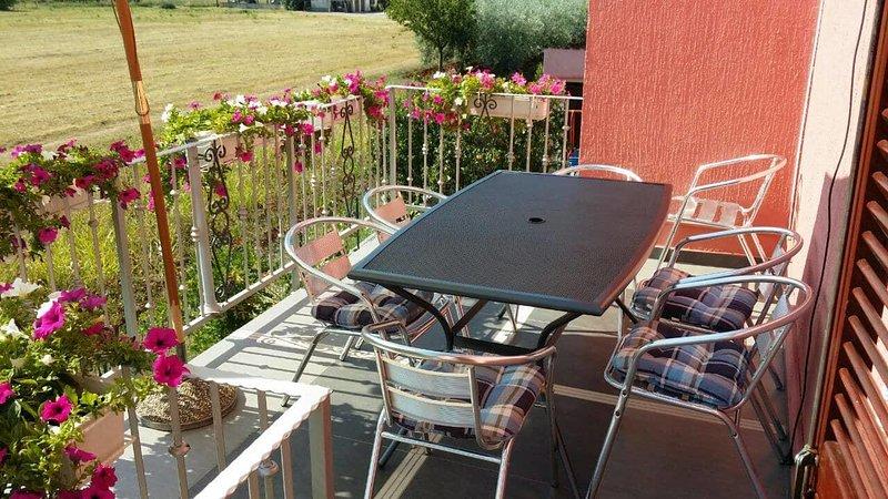 Vrvari Apartment Sleeps 6 with Air Con - 5809761, location de vacances à Varvari