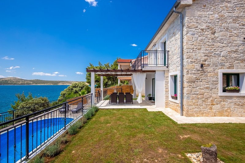 Beautiful Villa Sadic, in Dalmatia, with a Pool, vacation rental in Posedarje