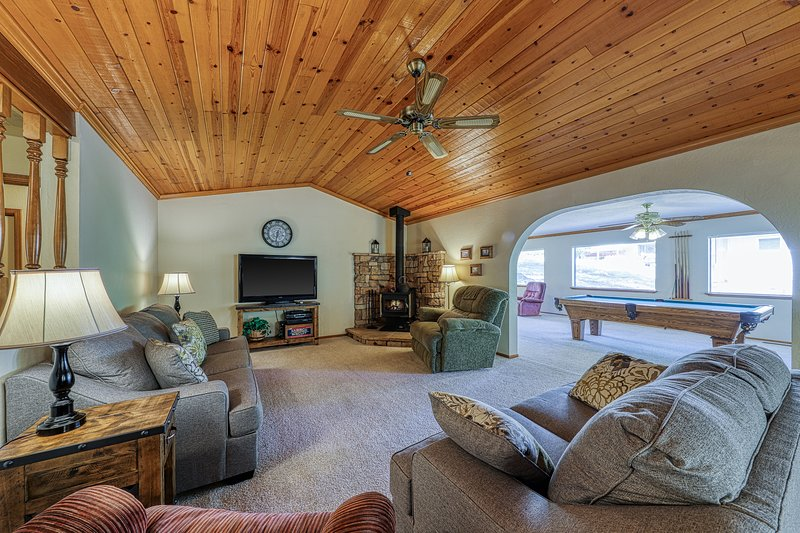 Family-friendly home w/ lake access & games, shared pool, near Yosemite, vacation rental in Groveland