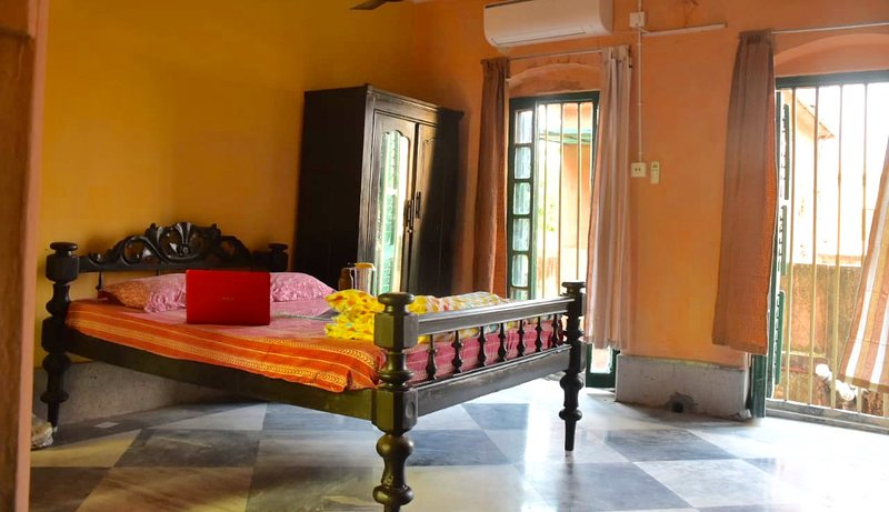 BhubanBari Historic house Aircon Queen room, att. bath, kitchen & garden terrace, holiday rental in Chandannagar