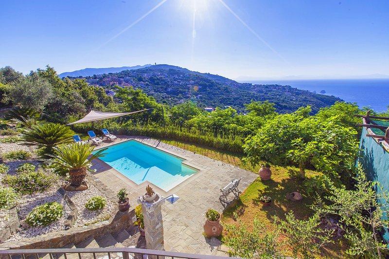 AMORE RENTALS - Villa dei Galli with Private Pool, Sea View, Garden, Parking and, Ferienwohnung in Massa Lubrense