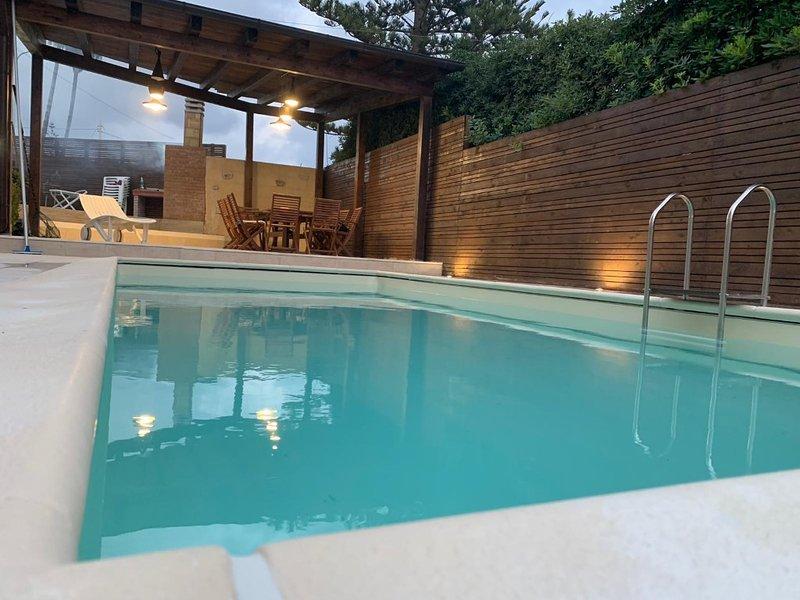 Villa con due appartamenti al piano terra  a due passi dal mare con piscina, holiday rental in Fontane Bianche