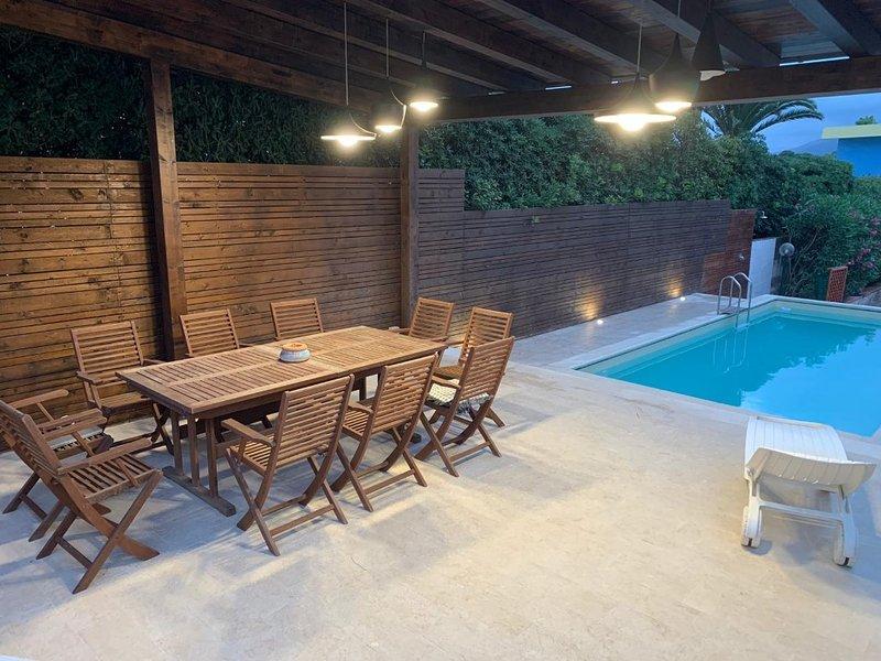 Trilocale Nettuno in villa a 20 metri dal mare con piscina, holiday rental in Fontane Bianche
