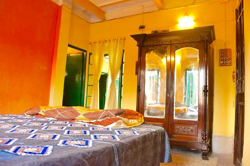 BhubanBari Historic house Aircon King room, 2 baths, kitchen & garden terrace, holiday rental in Kolkata (Calcutta)