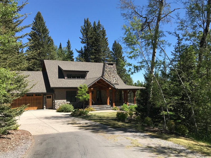 Entire Luxury Cottage Sleeping 8 on a Creek 20 Minutes from Calgary, alquiler vacacional en Bragg Creek