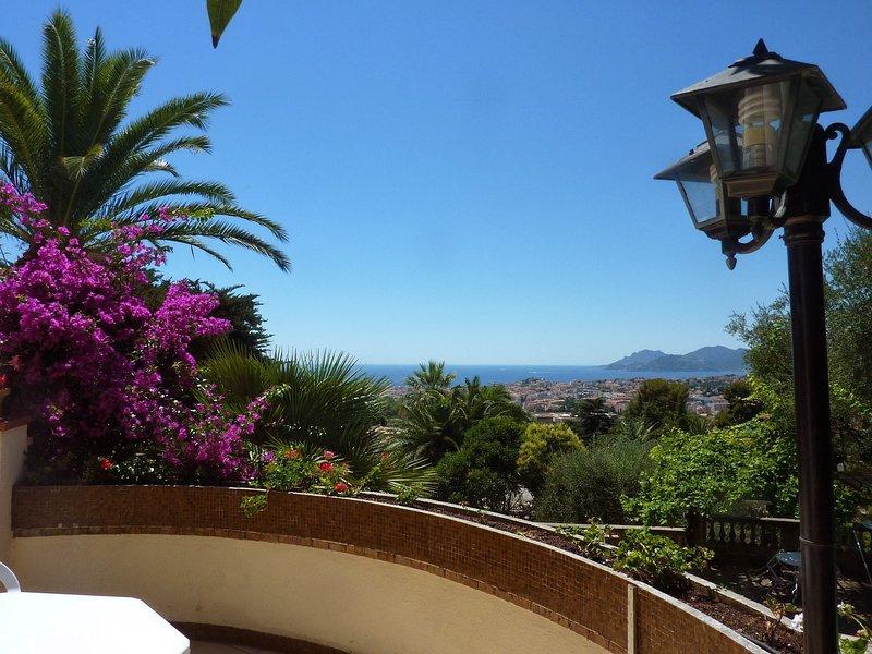 Vue panoramique, Cannes, Côte d'Azur, Villa provençale avec Piscine & Tennis, vacation rental in Cannes