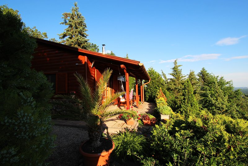Hilltop Hideout - Romantic Dream Log Cabin - Silence. Nature. Just relax., alquiler vacacional en Chlaba