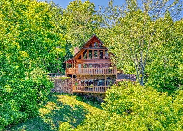 5 Bedroom Smoky Mountain Cabin with Hot Tub, Close to Downtown Gatlinburg, vacation rental in Gatlinburg