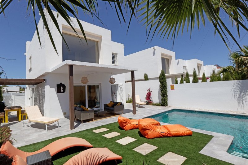 Luxury 3 bed Villa w/ private pool & only 550m to the beach, holiday rental in Estrella del Mar