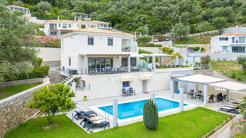 Super spacious Villa Amphitrite (sleeps 13 people). Pool, sea view, breakfast., vacation rental in Yenion