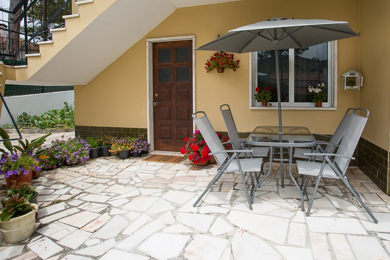 NaturSintra, lovely villa located between green hills and sandy beaches, holiday rental in Azoia